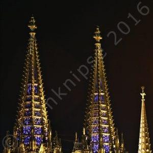 Blaue Kölner Domspitzen bei Nacht
