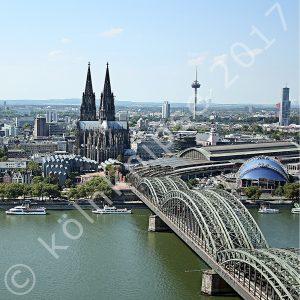 Blick auf den Kölner Dom vom LVR Turm über den Rhein