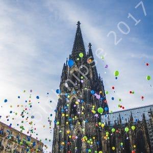 Kölner Dom mit Luftballons