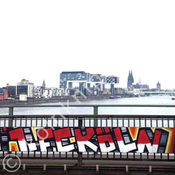 1. FC Köln als Graffiti auf der Südbrücke mit Köln Panorama