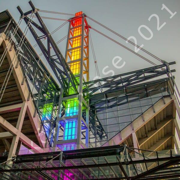 Stadinmast mit Regenbogenbeleuchtung