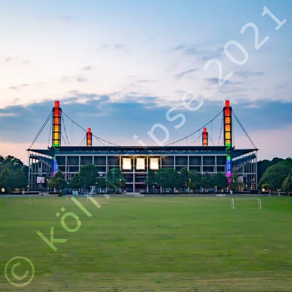 Stadion mit Regenbogenbeleuchtung